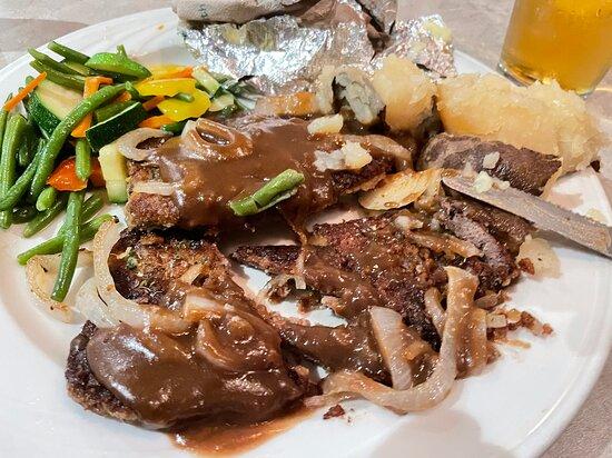 foie de veau (calves liver) et sa sauce à l'oignon, ses légumes de saison et sa pomme de terre au four Succulent
