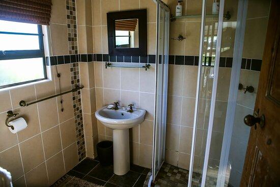 OppiePlaas Farm cottage bathroom