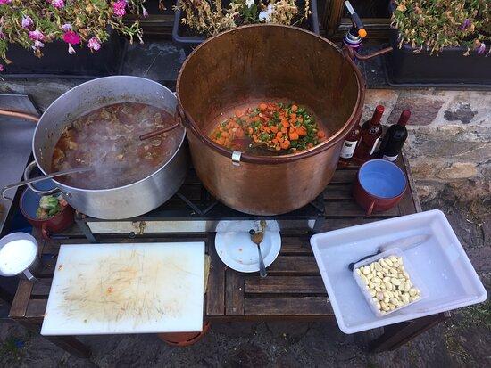 Saliencia, Ισπανία: Cuando nos íbamos estaban cocinando un guiso de cordero en el porche. El olor era espectacular!