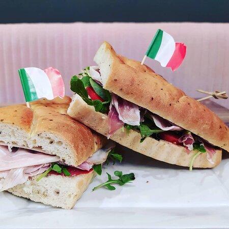 Sur place ou à emporter, venez déguster notre Panino, sandwich italien à base de Foccacia (pain huile d'olive et romarin) garnis de charcuteries et fromages italiens.