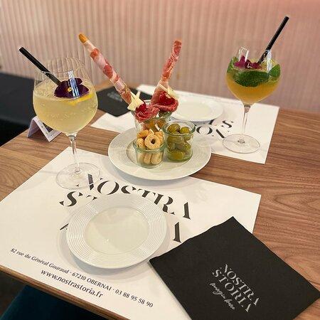 Ouvert du mardi au dimanche de 8h30 à 21h00, nous vous proposons une large gamme de vins italiens, cocktails, petite restauration.