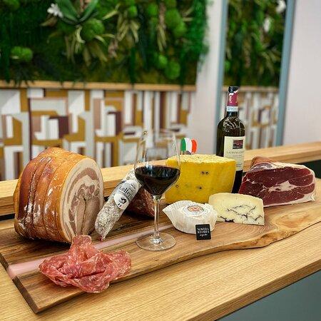 Nous avons sélectionné pour vos, les meilleurs produits venant de producteurs italiens, Jambon de Parme,  Salame, Pecorino,..
