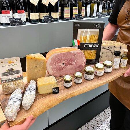 Nous vous proposons toute une sélection de produits à la truffe, jambon blanc, salame, crèmes, huiles, risottos, pecorino, pasta