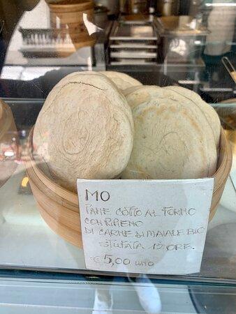 25 - PIATTI - MO: pane cotto al forno con ripieno di carne di maiale BIO stufata 12 ore;