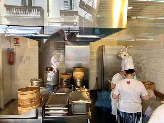 25 - INTERNO - PREPARAZIONE DEL BAOZI - essendo uno street food non ci sono posti a sedere ma solo una vetrina dietro la quale vengono preparate con maestria i 4 piatti proposti (è uno spettacolo guardare la squadra che lavora assiduamente per tutte le preparazioni);