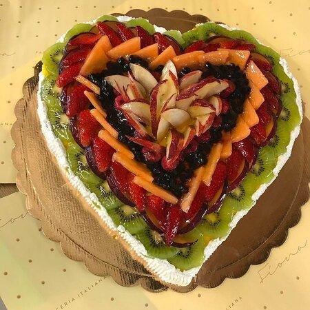 Torta di frutta fresca a forma di cuore, per eventi e persone speciali