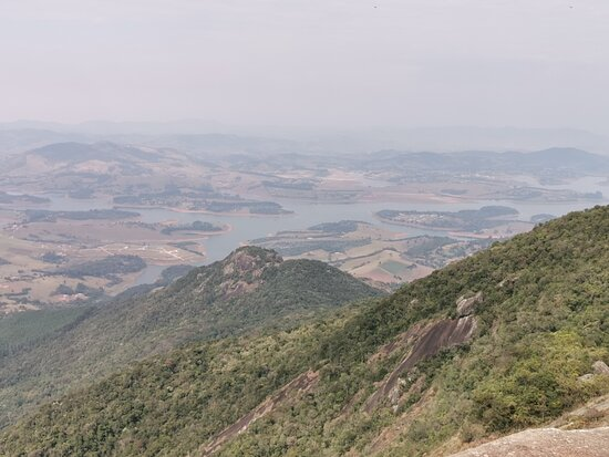 Visão a partir do topo do Pico do Lobo, em Extrema (MG).
