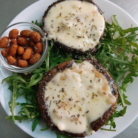 Cogumelos Portobello com queijo raclette. Portobello mushrooms with raclette cheese.