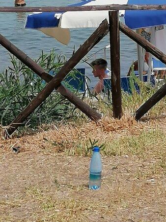 Bottiglia su solarium il giorno 11/08