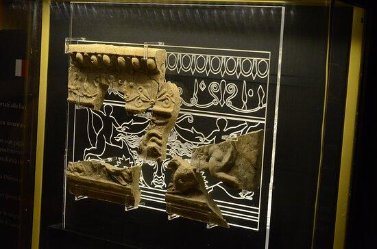 La Domus è stata chiamata ''Casa del Fanciullo sul Delfino'' per questo fregio.