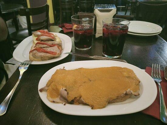 Tutto ottimo Tapas e Sangria.... e il personale è gentilissimo e molto simpatici, consigliato posto tipico spagnolo con piatti tipici e c'è anche buona musica 😁👏👏