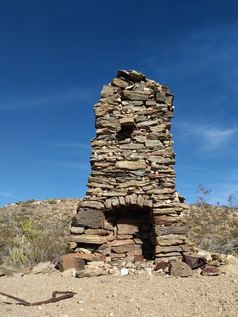 Joshua Tree National Park, Califórnia: Stone chimney near an old mining operation