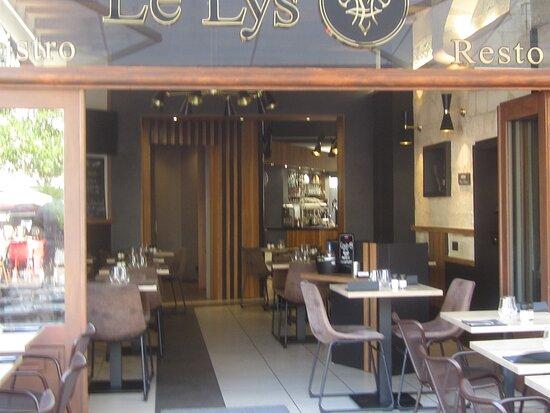 Bistrot Restaurant Le Lys. Vue 4. Au 12 Rue du Commerce, Place Plumereau. Entrée et Intérieur du Bistrot Le Lys. Août 2021. TOURS.