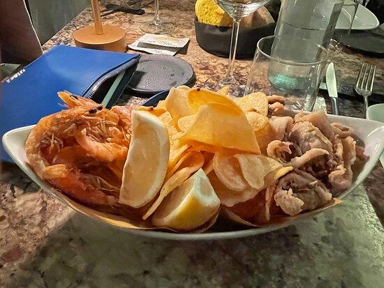 Cucina raffinata, materie prime eccellenti che ti fanno apprezzare ogni singola portata. Tagliolini al riccio da 10 e lode. Servizio cordiale, professionale e non invadente. Dehor molto bello ed elegante. Porzioni super abbondanti. Consiglio vivamente a chi ama il pesce fresco e di qualità. Parola di chef.
