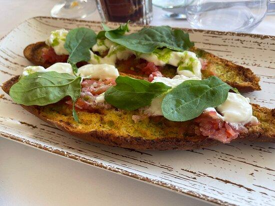 Burrata salat, hvidløgsbrød, skaldyr og lækker skaldyrspasta negri. Restauranten kan på det varmeste anbefales