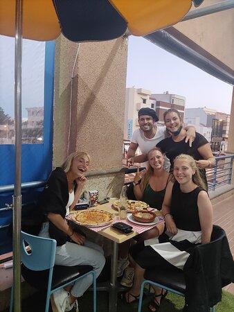 Hermanas Germanas de vacaciones en Canarias ,disfrutando del auténtico sabor Italiano de las pizzas Margarita, Vegetariana y  de los ricos Tortelonis de carne que  ofrece Costa Italia .