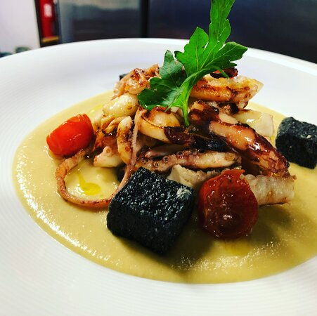 Calamari, polenta nera e hummus di ceci