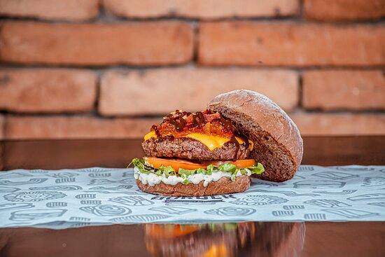 Aqui você encontra o melhor dos hambúrgueres artesanais e massas italianas, além de drinks, muita musica boa ( Pop & Rock).