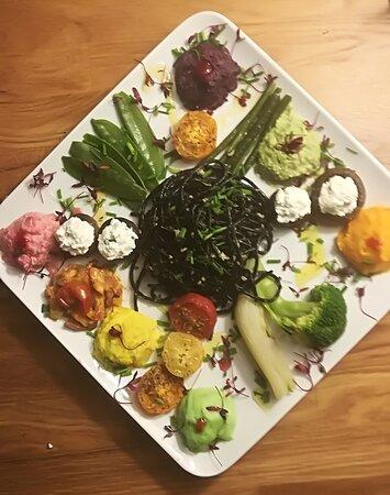 Pâtes à l'encre de seiche sauce aux artichauts et aubergines à l'huile d'olive et 13 préparations de légumes frais.