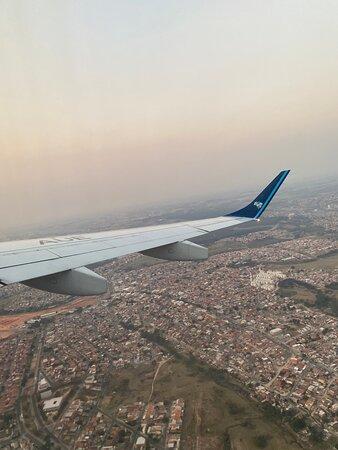 Campinas: Voo 2944 da Azul Linhas Aéreas Partindo de Viracopos com destino ao aeroporto Santos Dumont, no Rio de Janeiro. Voo pontual, de extrema qualidade e com equipe de bordo de alto padrão. A empresa segue os protocolos de prevenção à COVID-19. Embarque/Desembarque ocorrem de maneira ordenada e acompanhada, para que não hajam aglomerações.