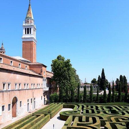 Isola San Giorgio Maggiore, Itália: Il labirinto di Borges in una stupenda luce estiva ... merita sempre la nostra visita!