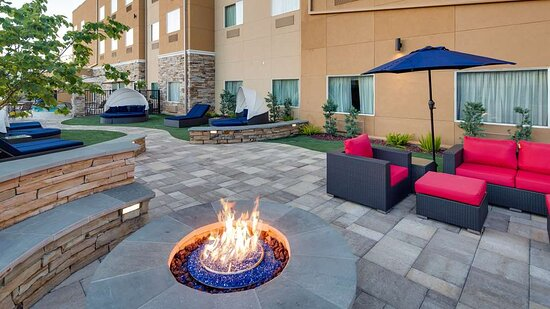 Outdoor Lounge & Fire Pit