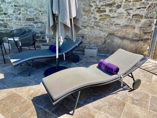ATTENTION : Piscine disponible seulement pour la Suite GRAFFITI et la Chambre LA TOUR. Ouverte de 10:00 à 20:00. Dîner servi le soir au bord de la piscine.