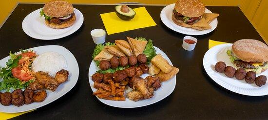 Hamburgers fait maison, revisite  Samousas, accra de morue, manioc, poulet frit, riz, ... etc.