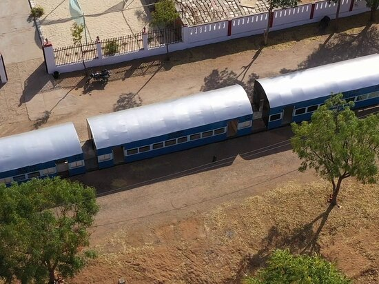 Jaipur, Ấn Độ: 80 feet long standing train set at the Movie World film city is one of its kind of an attraction and make its unique experience too.