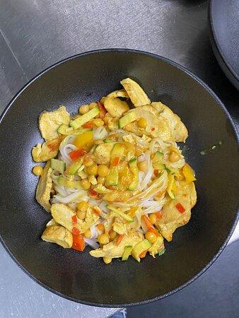 Gelbes Gemüsecurry mit Poulet (vegane Alternative: Kichererbsen) und Reisnudeln.