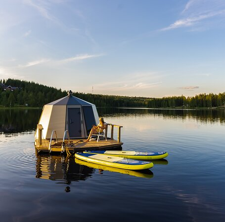 Hyrynsalmi, Finland: Relax on the igloo boat with an amazing lake view.