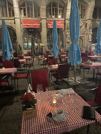 Gemütlicher Tisch in den Abendmenüs.