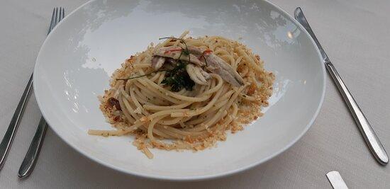 Spaghettone Mancini con alici, pomodori secchi e briciole di pane