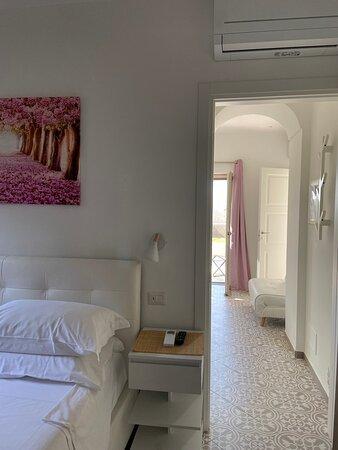 Cama muy cómoda. La habitación rosa muy bonita.