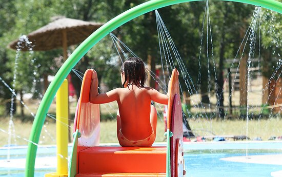 Sierra de Guadarrama, Ισπανία:  Zona de agua Splash  y chorros de agua para refrescarte entre actividades. Una fresca sensación en tu recorrido por el parque.