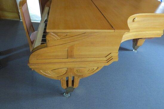 Moins réussi, un peu plus pataud, le piano