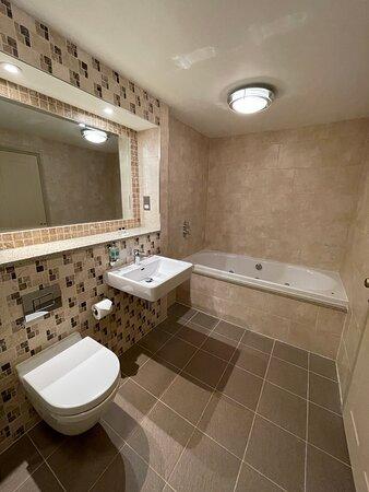 The Cedar Suite bathroom