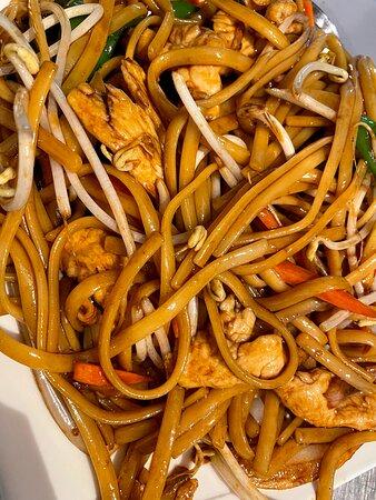 Tallarines fritos con pollo / Chicken friend noodles