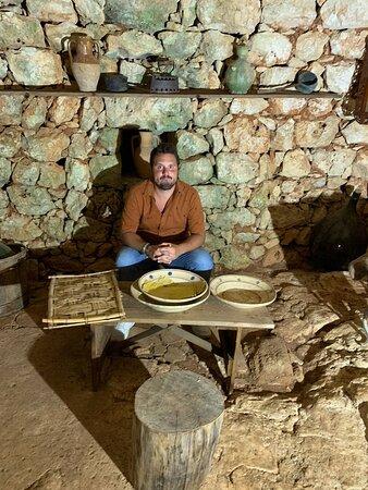 nella struttura è presente un antichissimo esempio di dimona fatta in pietra contenente alcuni oggetti della tradizione manufatturiera pugliese in ceramica