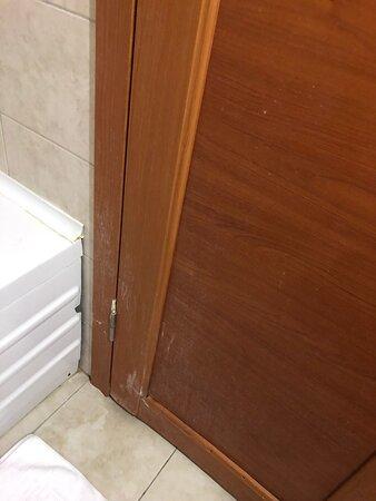 banyo kapım inşaat alanında gibi hissetirdiği için çok mutlu oldum duvardaki kırık fayanslar 3 adet duş hortumunun takılı olması gereken ama beceriksizliğim yüzünden herhalde 6 gün içinde 1 sefer takamadığım duş başlığı güzel anılardı hiç unutmayacağım seni güzel miarosa