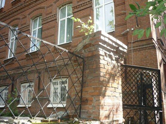 Ограда тоже разрушается