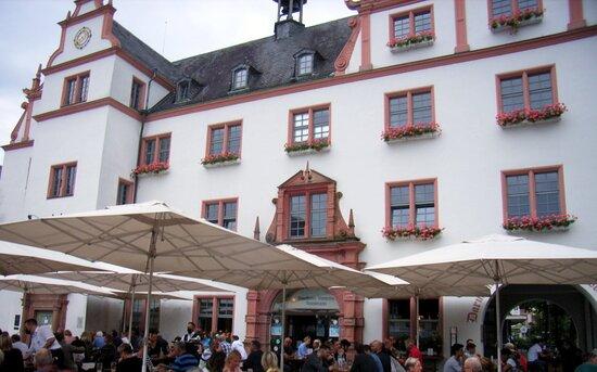 Altes historisches Rathaus, mit Ratskeller und Hausbrauerei... Biergarten ...