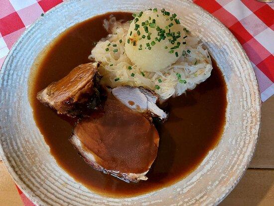 Krustenbraten in Dunkelbiersauce Sauerkraut u. Kartoffelknödel