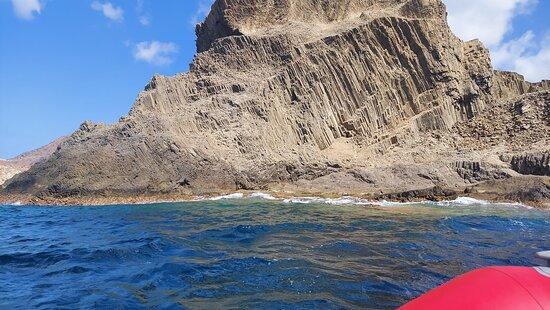 uno de los espectaculares paisajes del Cabo de Gata que se ven desde el mar