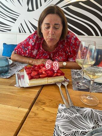 Un dia de cumpleaños inolvidable ,gracias José y tu equipo en sala y en la cocina por habernos echo disfrutar de una buena mesa con mucha calidad. Hasta pronto para disfrutar aun más . Gracias Equipo de surfing y Marea 👍🏻🤩