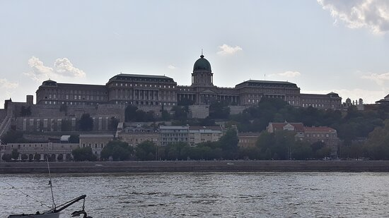 Il castello senza l'aquila: dovrebbe essere sulla colonna all'estrema destra, vicino al cancello
