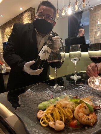 Atendimento excepcional!!! Experimentamos o menu confiance, à escolha do chef, com 2 entradas, 2 pratos principais e sobremesa. E aceitamos a harmonização do sommelier da casa, que tornou a experiência ainda mais incrível!