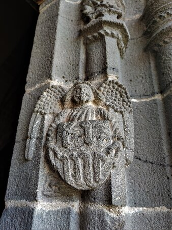 Les décors sculptés sont remarquables dans leur réalisation et par leur nombre. Le clocher est particulier, une sorte de chemin de ronde est aménagé autour des cloches.