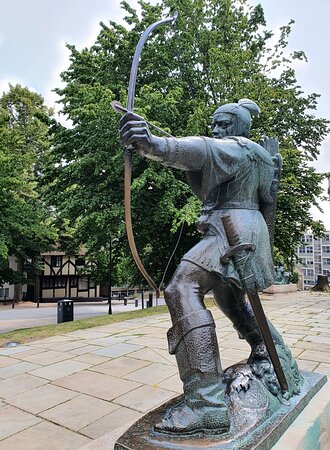 Robin Hood and his merry men statue's