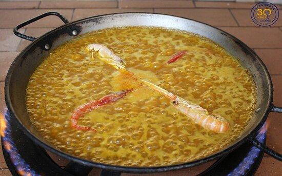 Preparando un rico arroz a con gambas y cigalas